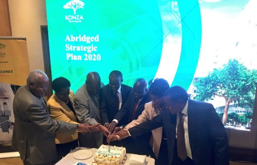 The cutting of the cake to mark the launching of Konza Strategic Plan
